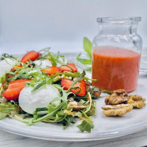 Frühlingssalat mit Erdbeeren und Walnüssen